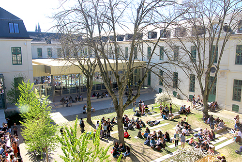 Étudiants dans le jardin du campus de Reims ©Paul Rentler