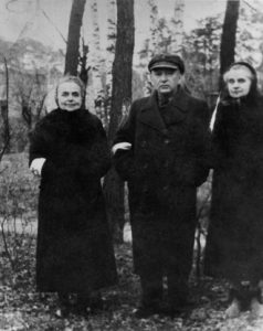 Les parents et la tante de Chim portant l'étoile jaune. Otwock, Pologne, années 1940.