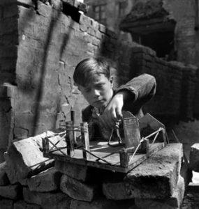 Un enfant joue dans les ruines de Vienne, 1948.
