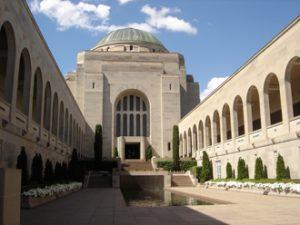 Fig. 1. Cour principale de l'Australian War Memorial et sa Pool of Reflection, fontaine du souvenir. Photo : Romain Fathi