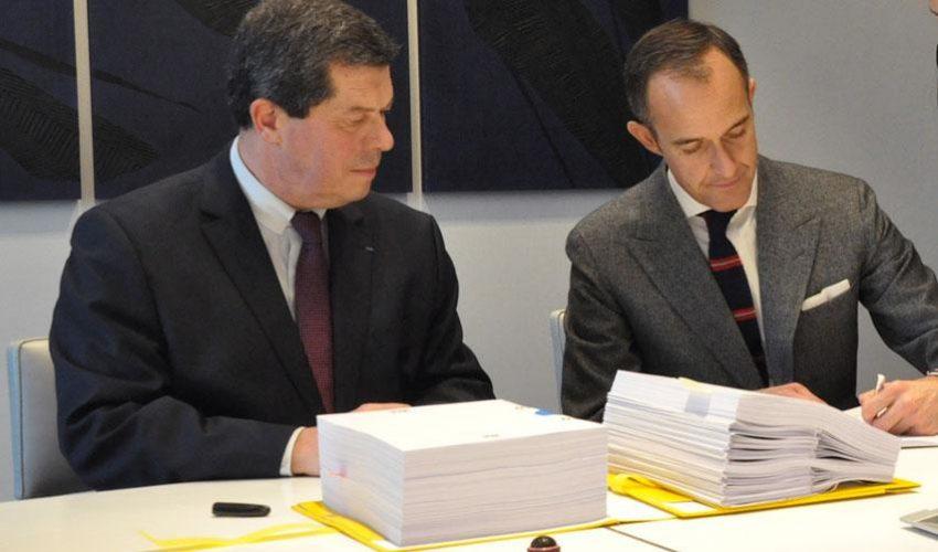 Dominique de Rocquefeuil (France Domaine Paris) et Frédéric Mion signent l'acte d'acquisition © Sciences Po