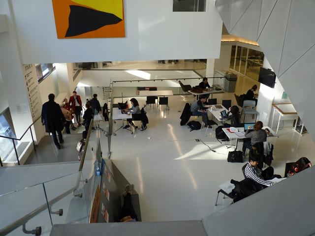"""New School Student Centre New York, État de New York - """"Un espace propice à la rencontre informelle, notamment grâce au mobilier- tables rondes et fauteuils - qui favorise le travail en commun."""" © JLL / Sciences Po"""