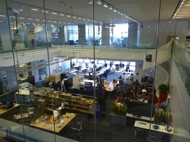"""MIT Medialab """"Au MIT, c'est la transparence qui prime. L'activité - la réflexion, la recherche - est au cœur de la mise en scène. On décloisonne les espaces et les disciplines. """" © JLL / Sciences Po"""