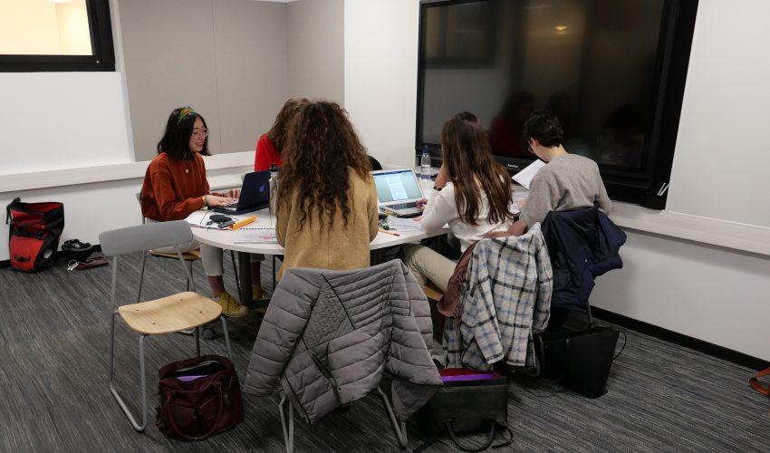 Des étudiantes au travail dans l'une des deux nouvelles salles projets du 27 Saint-Guillaume