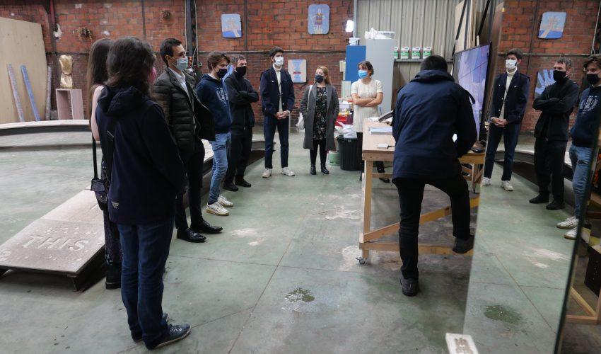 L'artiste Ivan Argote et les étudiants dans son atelier