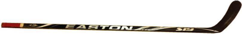 Une crosse de hockey est un bâton droit, qui se termine par un coude prenant la forme d'une courbe inclinée vers le haut.