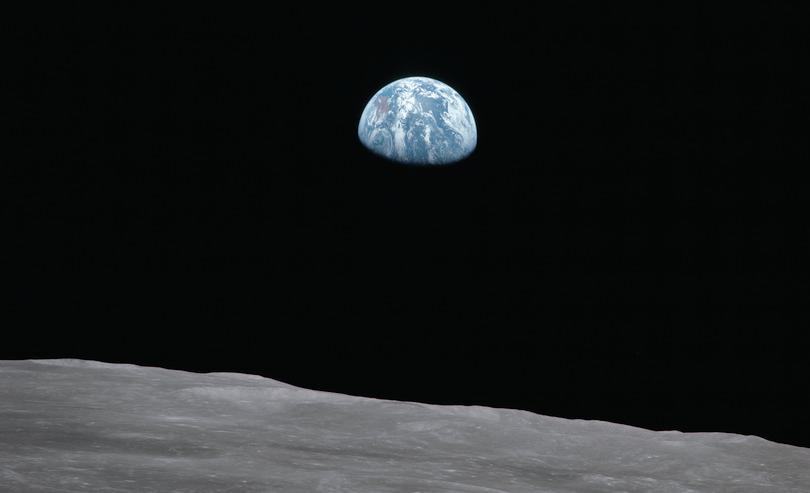 Ascension de la Terre vue de la surface lunaire.