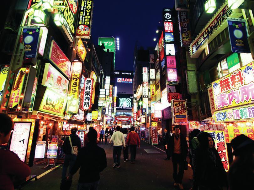Vie nocturne à Shinjuku, Tokyo: Kevin Poh, https://goo.gl/kgS4Zi, sous licence CC BY 2.0