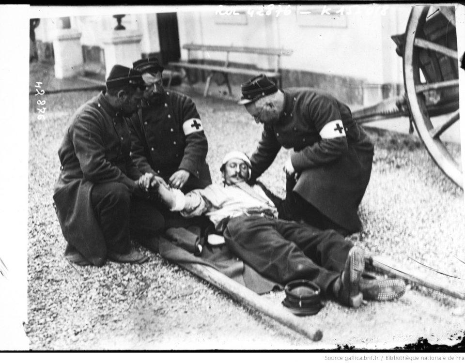 Brancardiers portant secours à un blessé français @ photographie de presse/ Agence Rol