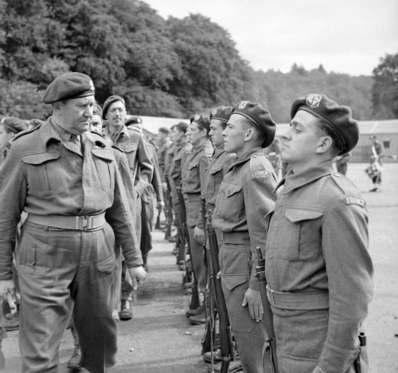 Lieutenant Colonel Charles Vaughan, Commandant Commando Depot, inspecting French troops during a parade to mark Bastille Day at Achnacarry in Scotland, 17 July 1943. Crédits : collections of the Imperial War Museums.