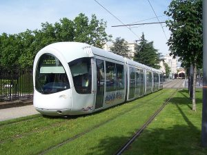 Rame Alstom Citadis TCL - T2 Avenue Rockefeller LyonPar Occitandu34 (Travail personnel) [Public domain], via Wikimedia Commons