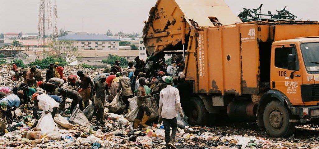 Chiffonniers au travail à Olushosun (Lagos) la plus grande décharge d'Afrique. Crédits : Côme Salvaire