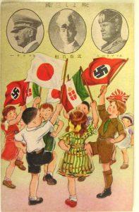 """""""Les bons amis les Trois"""" publié au Japon en 1938. En haut, les photos de Hitler, de Premier Ministre Konoe et de Mussolini. See page for author [Public domain], via Wikimedia Commons"""