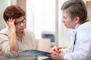 Female patient tells the doctor about her health complaints. Crédits : Alexander Raths, Shutterstock_129797945