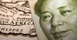 Close-up of a 1 yuan Chinese banknote (figuring Mao) on top of a map of Africa. Crédits Corlaffra via Shutterstock