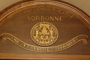 Grand amphithéâtre de la Sorbonne. Crédits : GFreihalter, CC BY-SA 3.0 from Wikimedia Commons