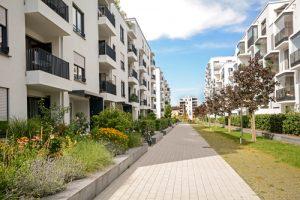 Modern residential buildings, Facade of new low-energy houses Crédits : ah_fotobox, Shutterstock