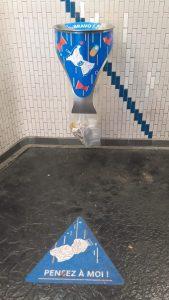 Ratp, métro parisien. Incintation à bien se servir des poubelles. Crédits : Samia Ben
