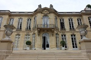 By Guilhem Vellut from Paris, France (Facade @ Jardin de l'Hôtel Matignon @ Paris) [CC BY 2.0 (https://creativecommons.org/licenses/by/2.0)], via Wikimedia Commons