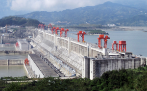 The Three Gorges Dam on the Yangtze River, China. Par Source file: Le Grand PortageDerivative work: Rehman (File:Three_Gorges_Dam,_Yangtze_River,_China.jpg) [CC BY 2.0 (https://creativecommons.org/licenses/by/2.0)], via Wikimedia Commons