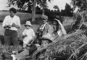 Été 1943, les Lindon sont accueillis dans le Puy-de-Dôme par la famille Nony-Pouzadoux, dont la mère a travaillé pour eux. Archive privée. Tous droits réservés.