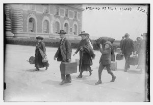 Climbing into the Promised Land, Ellis Island. 1908. Source : Library of Congress. Public Domain