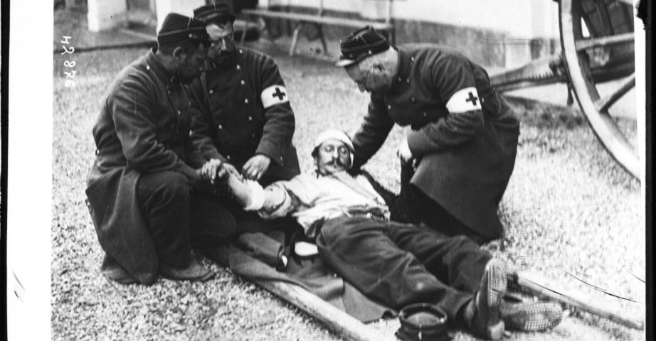 Brancardiers portant secours à un blessé français : [photographie de presse] / [Agence Rol]. Source BNF/Gallica