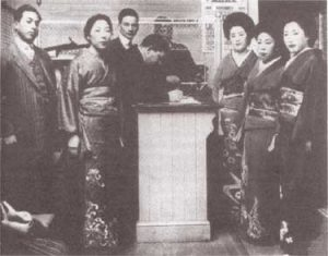 Japanese Picture Brides at Angel Island in 1919. Crédit photo : Domaine public