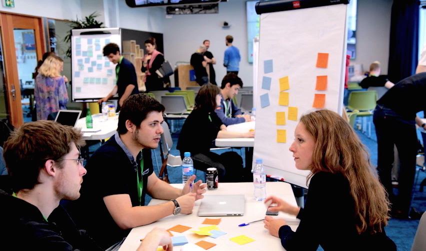Étudiants travaillant de façon collaborative © Joanna Peel / Sciences Po