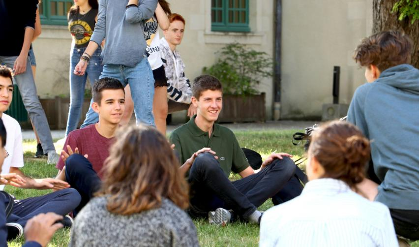 Students of the Summer School on the lawn of the Reims campus