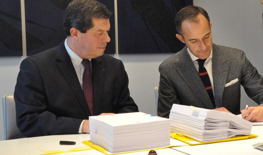 Frédéric Mion signe l'acte d'acquisition de l'Hôtel de l'Artillerie