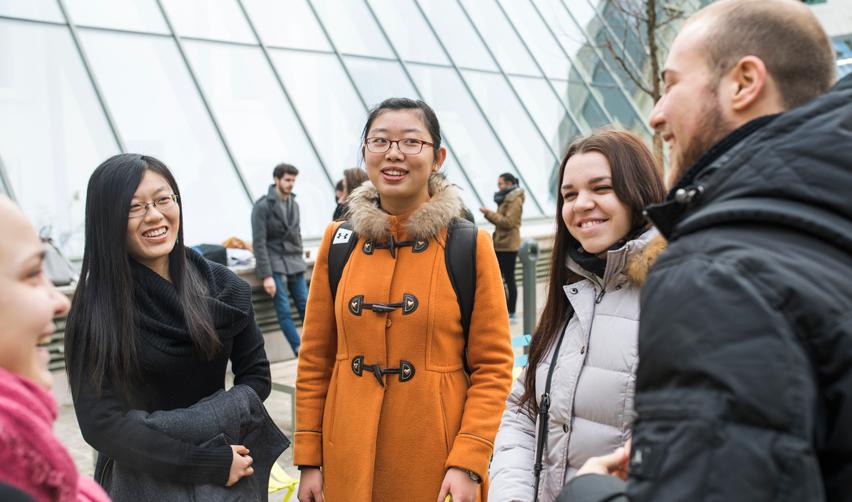 Étudiants parlant ensemble / campus de Reims