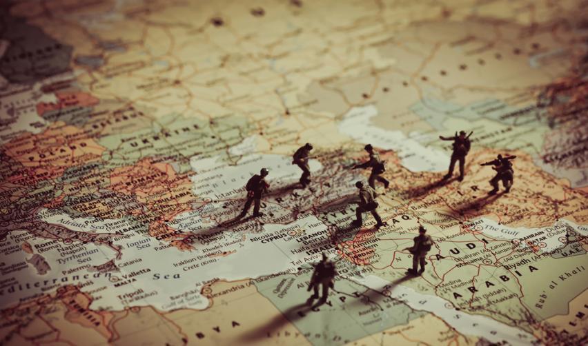 Petits soldats sur une planisphère au niveau du Moyen-Orient