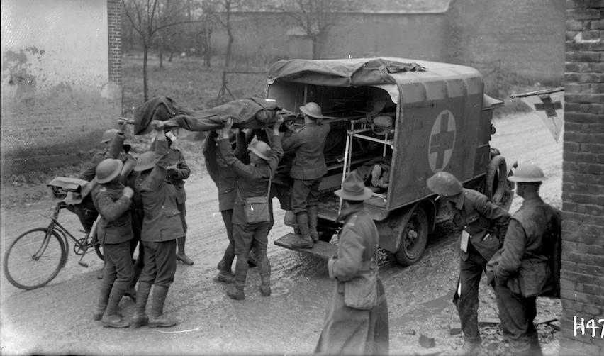 Des soldats néo-zélandais blessés sont placés dans une ambulance - Bertrancourt,