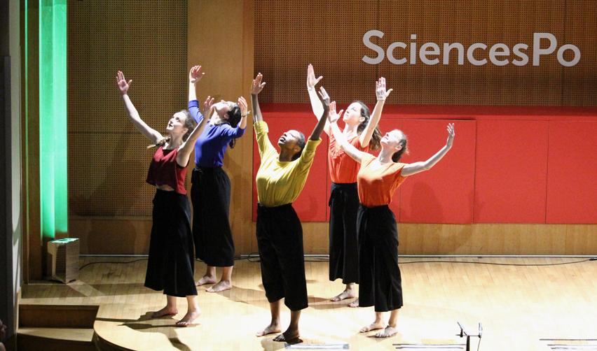 Membres d'Art'Core dansent dans Boutmy