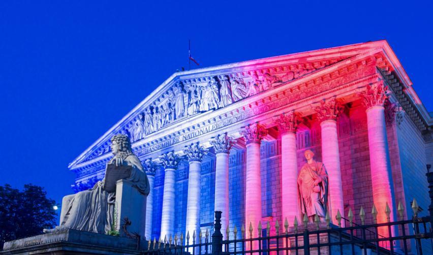 Vue de l'Assemblée nationale française avec des illuminations bleu blanc rouge