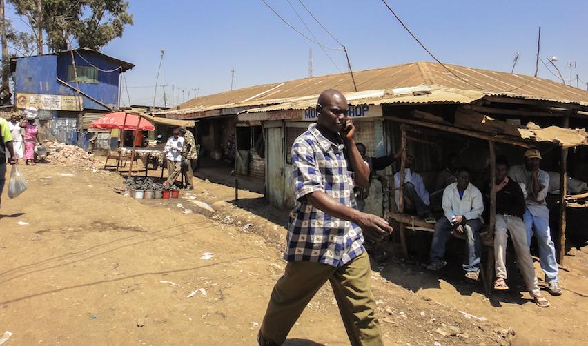 2013 - Un homme dans le bidonville de Kibera au sud de Nairobi (Kenya)