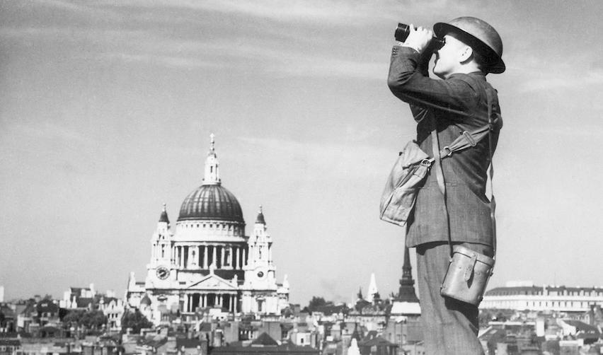 Londres : observateur de la Home Guard sur le toit d'un immeuble
