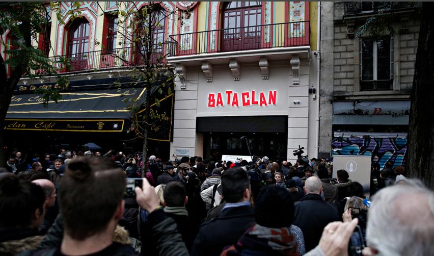 Foule rassemblée devant le Bataclan, le lendemain des attentats du 13 novembre
