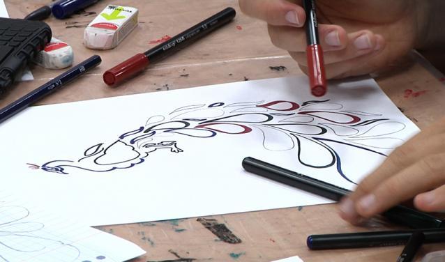 Vue d'une calligraphie arabe dessinée sur une feuille blanche
