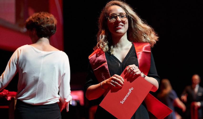 Étudiante sur la scène lors de la cérémonie de remise de diplômes 2019