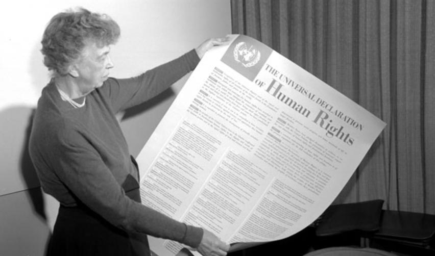Eleanor Roosevelt tient un poster de la Déclaration. Novembre 1949, New York.