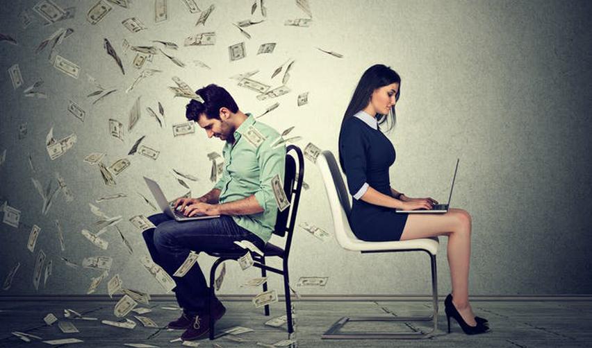 Homme et femme sur deux chaises. L'homme est entouré de billets.