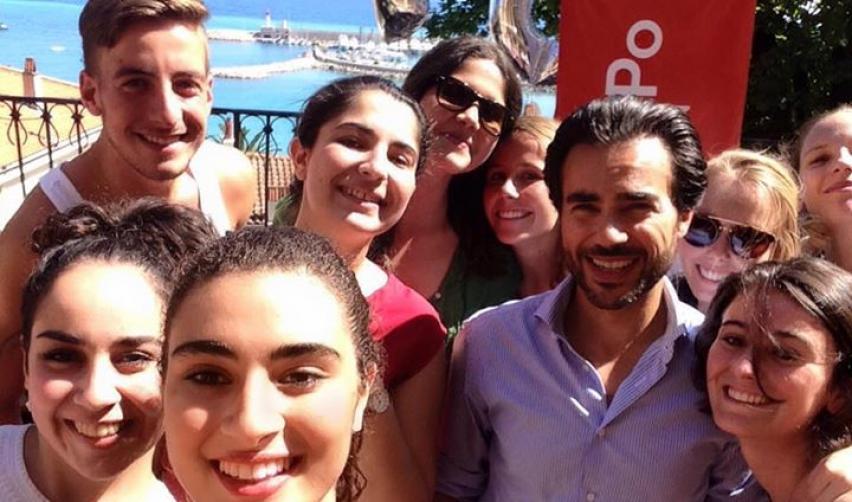 Bernard El Ghoul prend une selfie avec ses étudiants