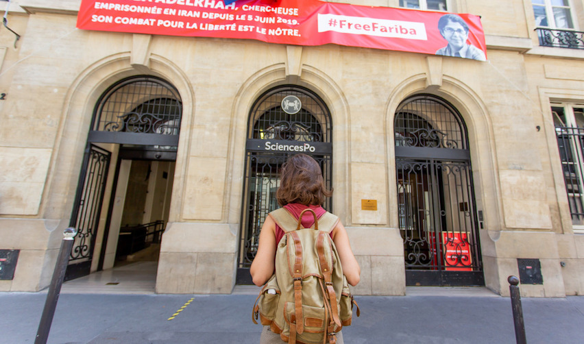 étudiante devant l'entrée du campus parisien de Sciences Po