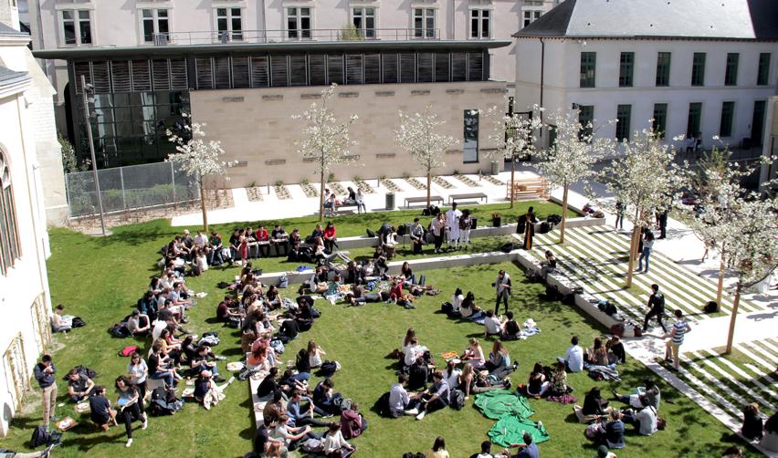 Campus vu du ciel avec des étudiants assis sur l'herbe
