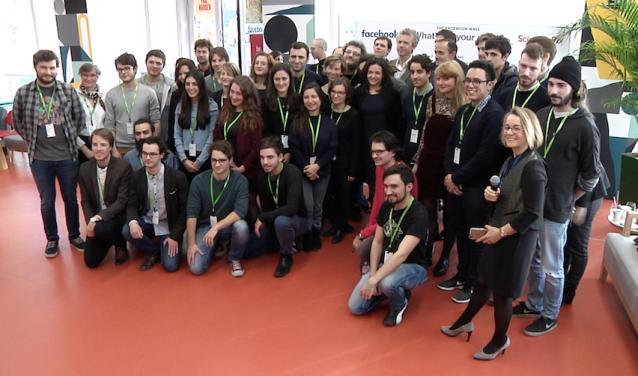 Les étudiants autour de Sheryl Sandberg, la n°2 de Facebook, lors du lancement