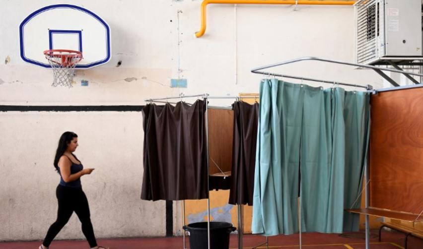 2nd tour des législatives, le 18 juin 2017. Isoloir et jeune femme allant voter
