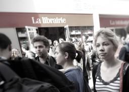 étudiants devant la librairie de Sciences Po