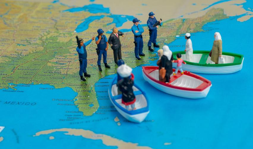 Carte avec personnages : garde-frontières, migrants sur des bateaux